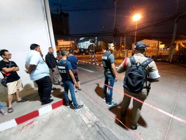 Agentes vigilan el entorno del centro comercial y cortan el paso a los