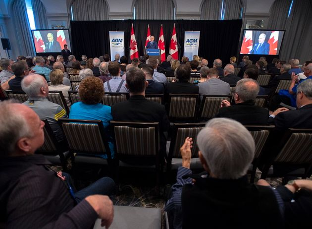Erin O'Tooleは、2月8日にハリファックスで開催された連邦保守党指導者フォーラムで群衆に語りかけます。