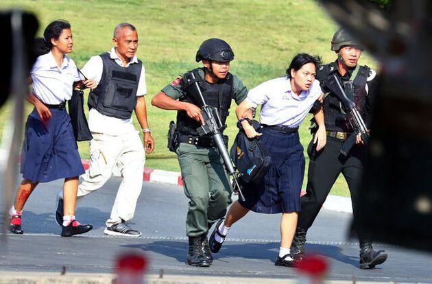 2020年2月9日、陸軍兵士が立てこもったタイ東北部ナコンラチャシマ県の商業施設から、取り残された人たちを助け出す治安部隊