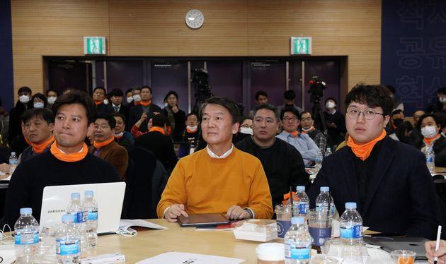 안철수 전 국민의당 대표가 9일 오후 서울 영등포구 하이서울유스호텔에서 열린 우리가 만드는 안철수신당(가칭) 발기인대회에서 진중권 전 교수의 강연을 경청하고 있다