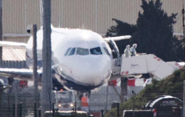 Les rapatriés descendent de l'avion à