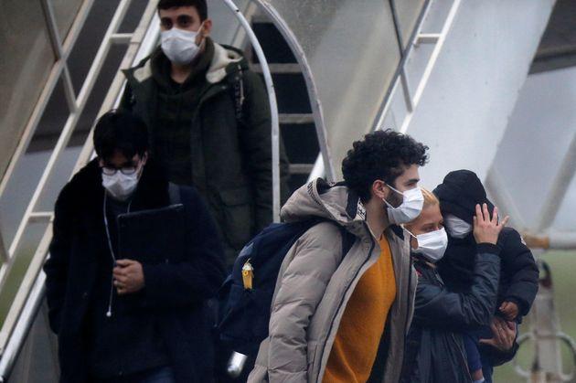 Brasileiros moradores de Wuhan, epicentro do surto de coronavírus, chegam à Base Aérea...