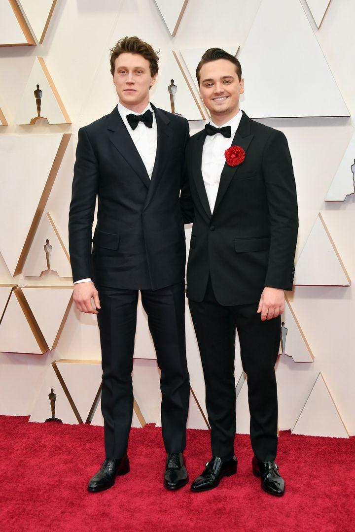 Από αριστερά ο Τζορτζ Μακέϊ και ο Ντιν-Τσαρλς Τσάπμαν, πρωταγωνιστές της ταινίας του Σαμ Μέντες «1917» στο κόκκινο χαλί της 92ης τελετής απονομής των Οσκαρ.