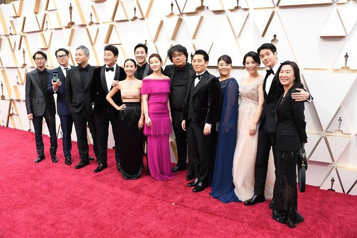 Οι ηθοποιοί της ταινίας «Παράσιτα» μαζί με τον Μπονγκ Τζουν-χο