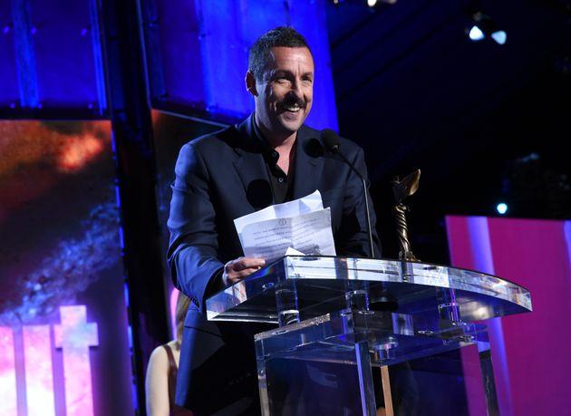 Adam Sandler savoure sa victoire aux Spirit Awards en se moquant des critiques, de l'Académie… et de...