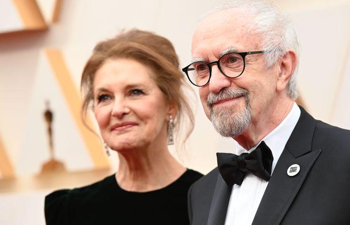 Ο Τζόναθαν Πράις και η σύζυγός του στο κόκκινο χαλί.