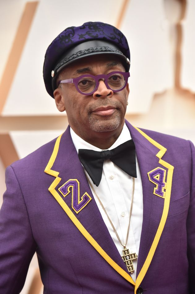 Spike Lee veste terno com as cores do Los Angeles Lakers e um dos números que marcaram a carreira...