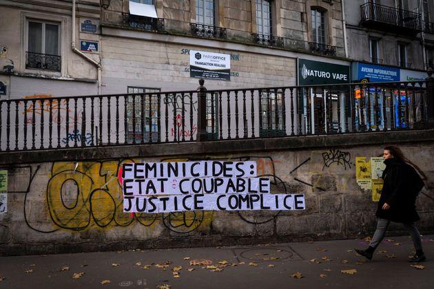 Un collage de militantes contre les féminicides à Paris en novembre 2019, dénonçant...