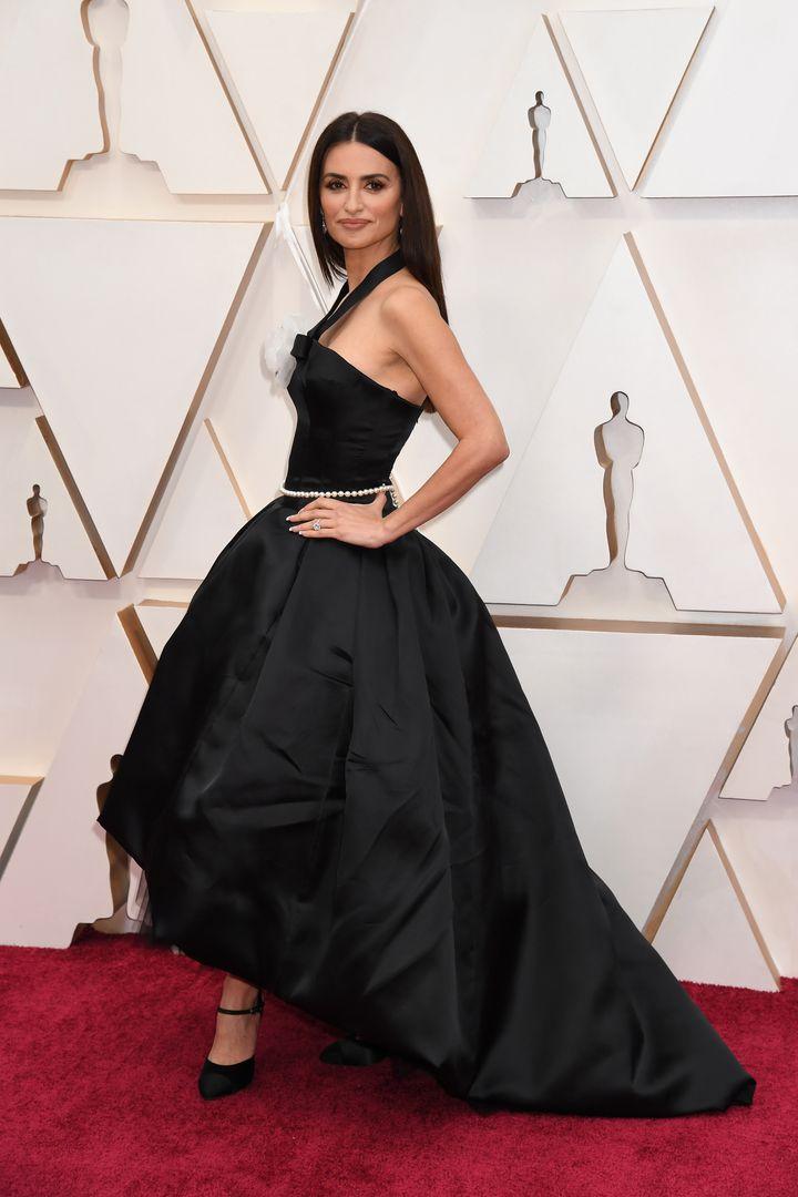 Vestido con falda abullonada y asimétrica.