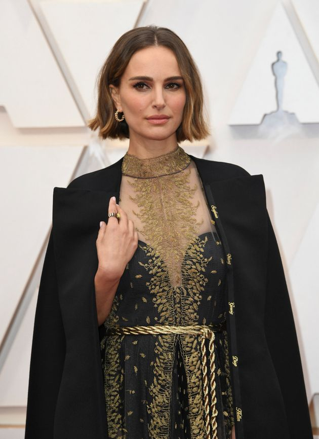나탈리 포트먼이 여성 영화인 지지하는 드레스를 입고 아카데미 레드카펫에 섰다