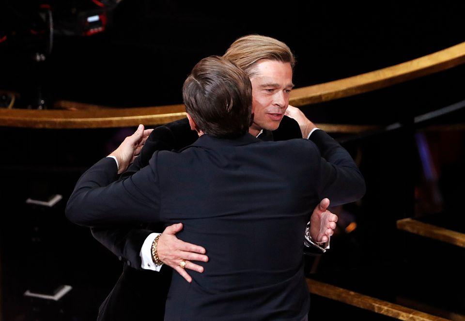 「ワンス・アポン・ア・タイム・イン・ハリウッド」で助演男優賞を受賞し、レオナルド・ディカプリオさん(左)と抱き合うブラッド・ピットさん