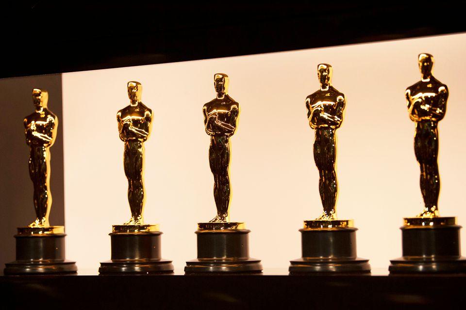 アカデミー賞舞台裏で並べられたオスカー像(提供写真)