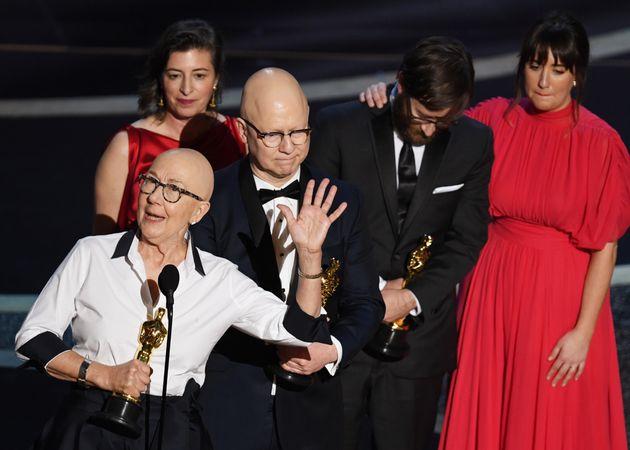 Os diretoresJulia Reichert eSteven Bognar recebem o Oscar de Melhor