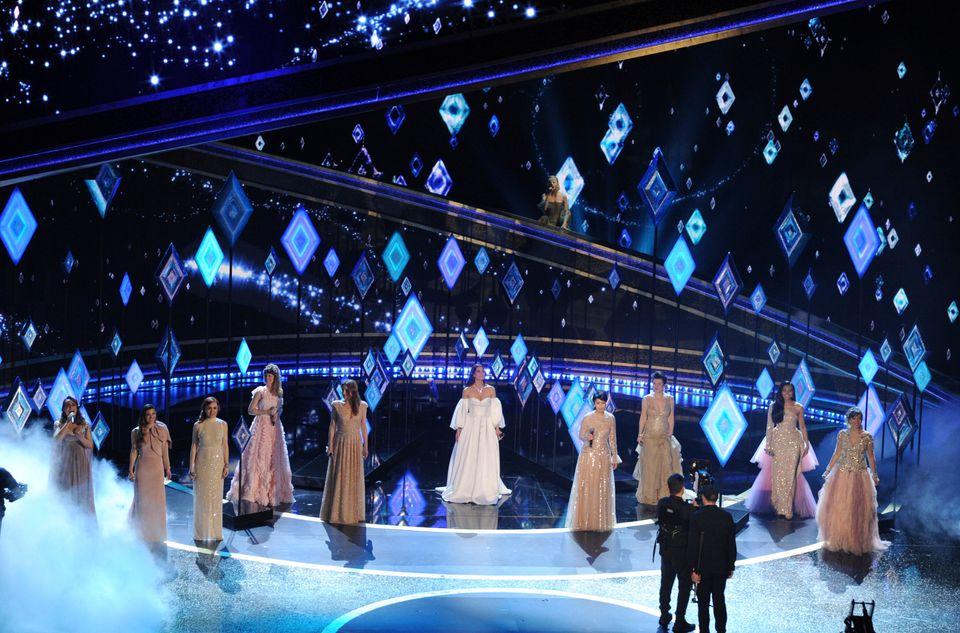 『アナと雪の女王2』の主題歌「イントゥ・ジ・アンノウン」を歌唱するイディナ・メンゼルさんや松たか子さんを含む、世界各国のエルサ役たち。