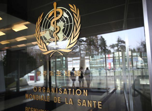 Le directeur de l'OMS alerte sur les risque de transmission du coronavirus même sans voyage en...