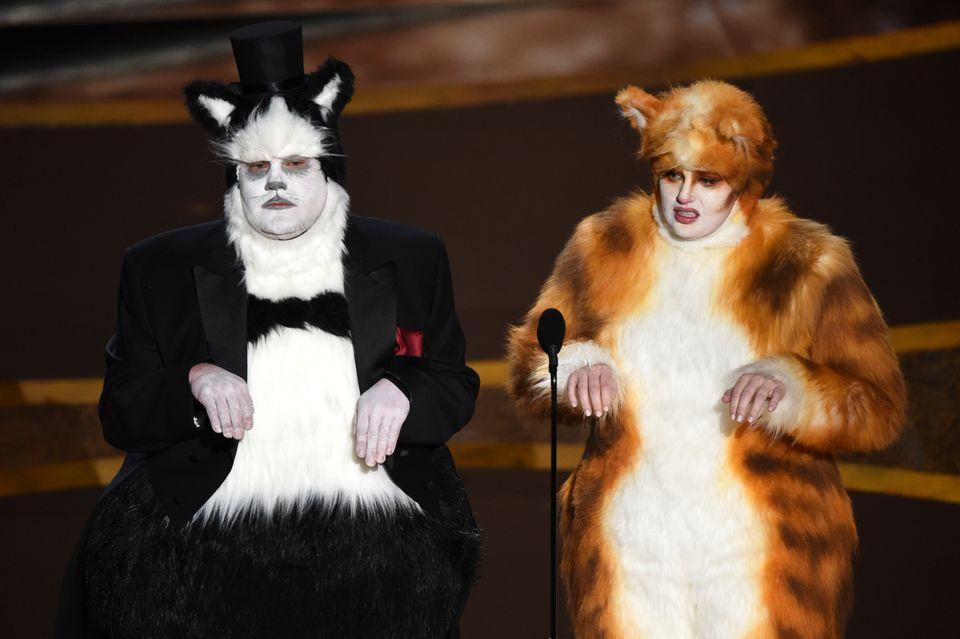 視覚効果賞を発表するジェームズ・コーデンさん(左)とレベル・ウィルソンさん