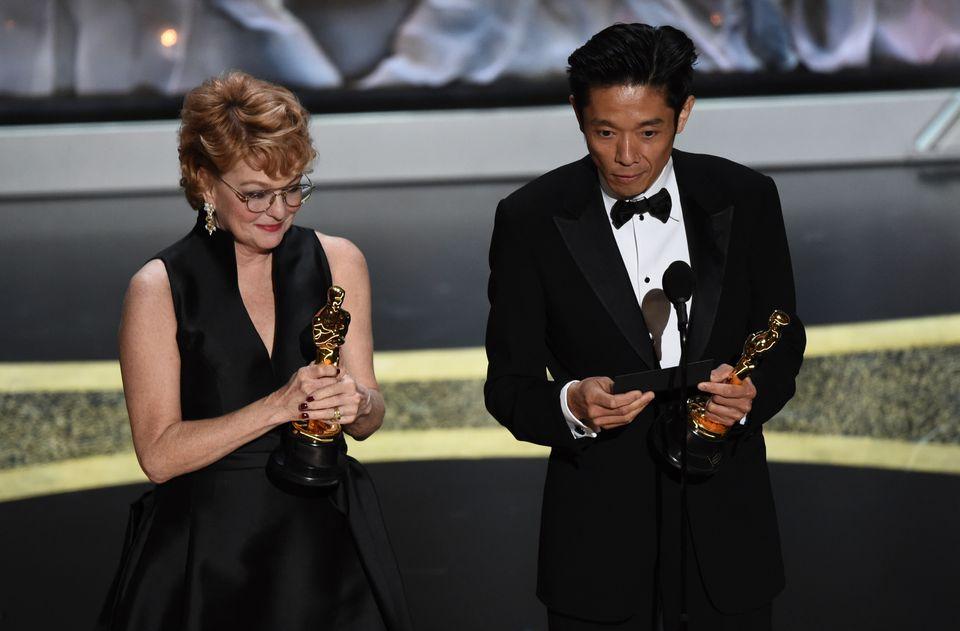 「スキャンダル」でメイクアップ&ヘアスタイリング賞を受賞したビビアン・ベーカーさん(左)とカズ・ヒロさん