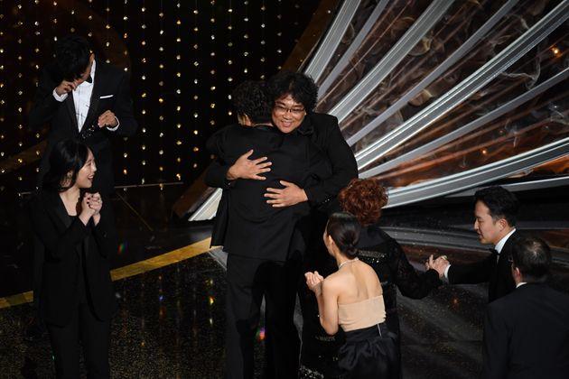 O diretor Bong Joon-ho comemora o Oscar de Melhor Filme com o elenco de