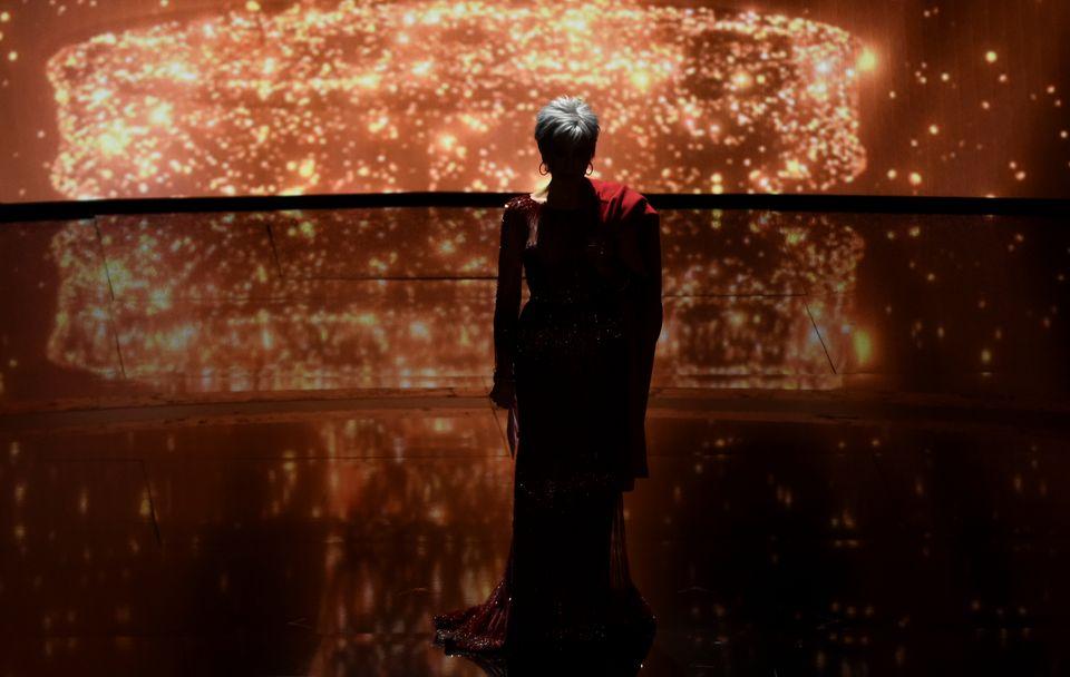 作品賞を発表する前、ステージに立つジェーン・フォンダさん