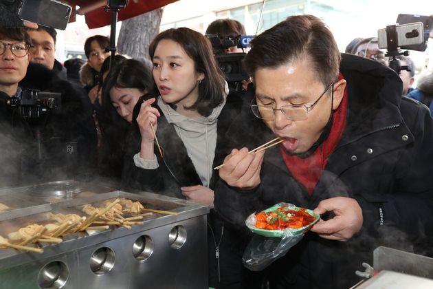 21대 총선에서 종로 지역구 출마선언을 한 황교안 자유한국당 대표가 지난 9일 오후 서울 종로구의 한 분식집을 찾아 떡볶이를 먹고 있다.(자유한국당