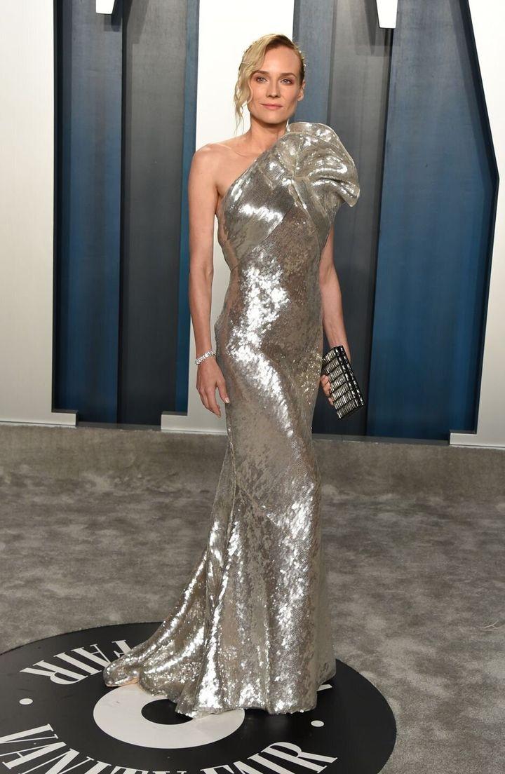 Η ηθοποιός Ντάιαν Κρούγκερ με λαμέ επίσης one shoulder