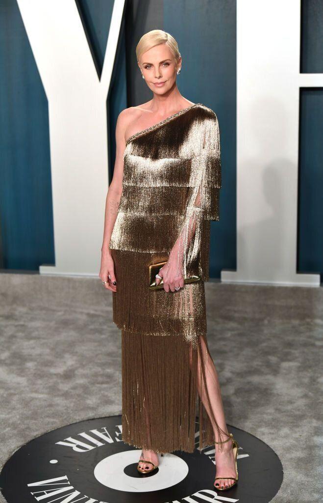 Η ηθοποιός Σαρλίζ Θερόν με Dior στο απόλυτο one shoulder trend της βραδιάς