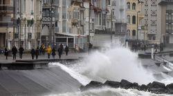 Vuelos cancelados, vías cortadas, partidos anulados...: La tormenta 'Ciara' se ensaña con el oeste de