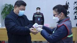 Riappare Xi Jinping, con la mascherina misura la temperatura: