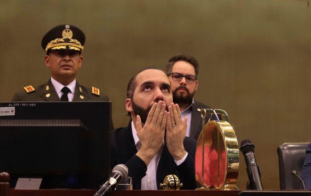 Εισβολή οπλισμένων στρατιωτών στο κοινοβούλιο του Ελ
