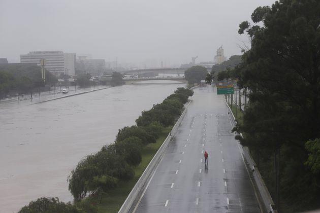 A Marginal Tietê foi fechada após o rio