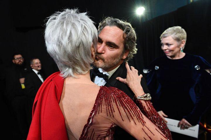 Jane Fonda besa a Joaquin Phoenix en un momento de la gala. El actor es uno de los acompañantes de la actriz en sus protestas de los viernes contra el cambio climático.