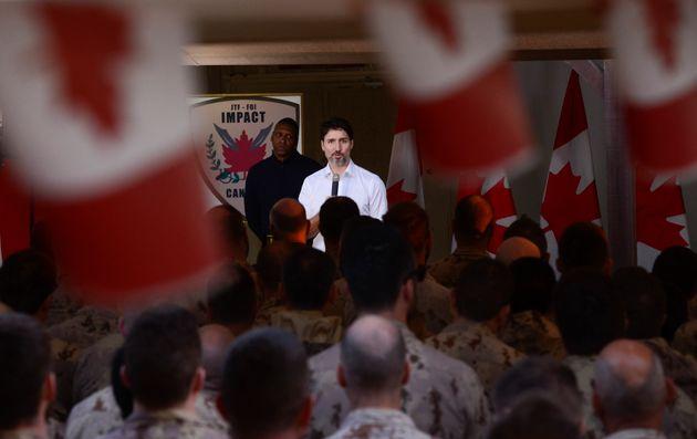 ジャスティン・トルドー首相とトロント・ラプターズ大統領の宇治里政権は、カナダ軍を演説する...