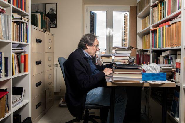 Francesc de Carreras en su despacho, en