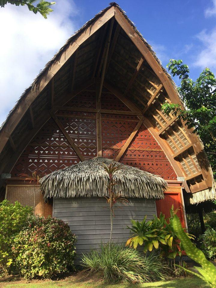<em>Notre bungalow dans le village de Lapita, sur l'île de Huahine: le clair de lune s'infiltrait par les petites ouvertures sculptées dans le bois et projetait au plafond des rais de lumière triangulaires (le triangle est symbole de changement).</em>