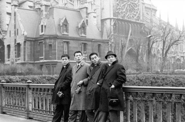 研修旅行先で記念撮影する(左から)南海の野村克也捕手、巨人の城之内邦雄投手、南海の皆川睦雄投手、巨人の柴田勲外野手=フランス・パリ。1966年撮影
