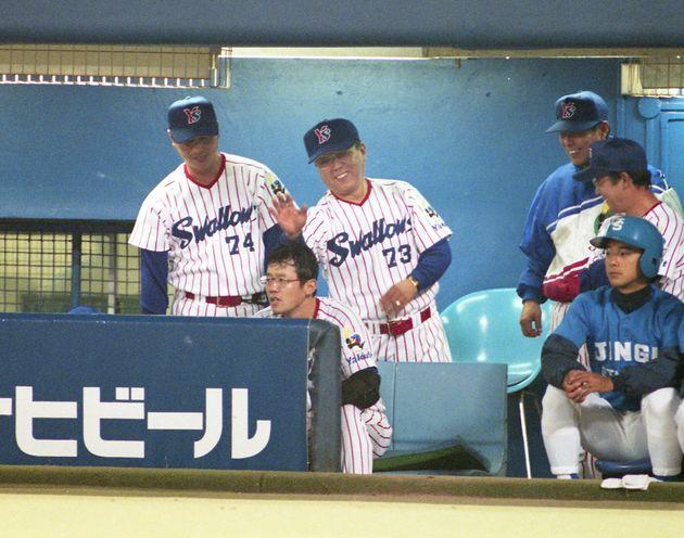 ベンチで決勝本塁打を放った古田敦也捕手(中央手前)をたたえるヤクルトの野村克也監督=神宮球場