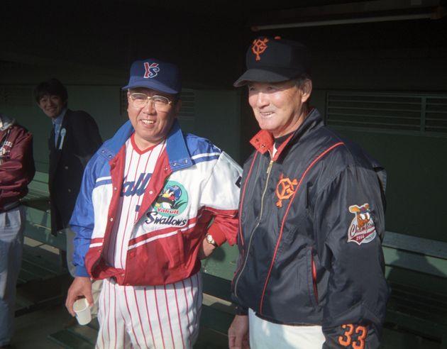 1995年の秋季キャンプで談笑するヤクルトの野村克也監督(左)と巨人の長嶋茂雄監督(宮崎)。現役当時、巨人の長嶋氏と王氏と対比し、自らを「月見草」と表現したエピソードはあまりにも有名