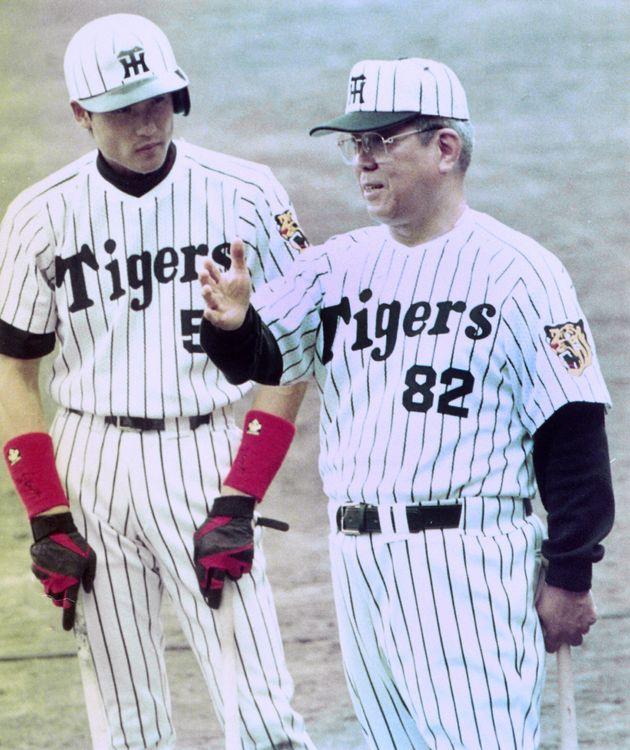 阪神の秋季キャンプで新庄剛志選手(左)に打撃の指導をする野村克也監督=高知・安芸市営球場