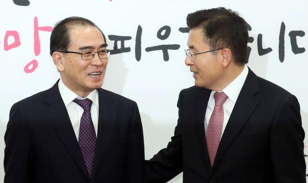 황교안 자유한국당 대표가 11일 오전 서울 여의도 국회에서 열린 입당 기자회견에서 태영호 전 영국주재 북한공사와 대화를 하고