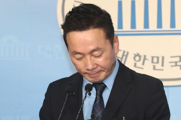 더불어민주당으로부터 4·15 총선 예비후보자 '부적격' 판정을 받은 정봉주 전 의원이 11일 오후 서울 여의도 국회 정론관에서 기자회견을 갖고 당의 결정에 승복한다고 밝히고 있다.