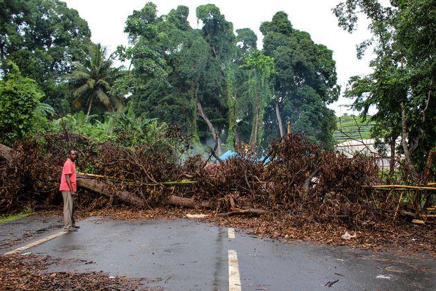 Image d'illustration - Un homme devant une route bloquée à Mayotte, lors de la mobilisation sociale de