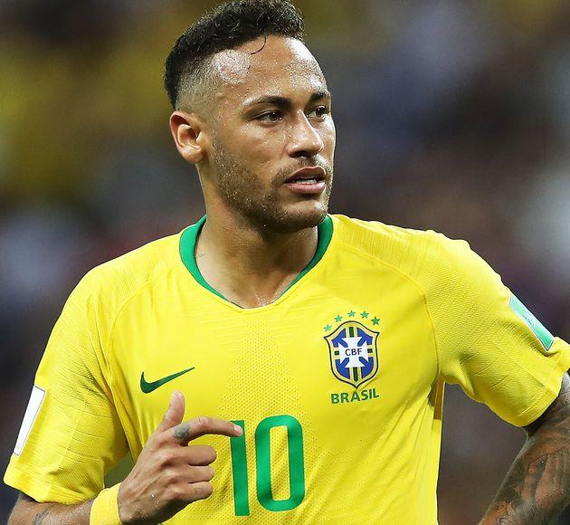 Neymar ne fait pas que des folies capillaires, il lui arrive de porter des coupes