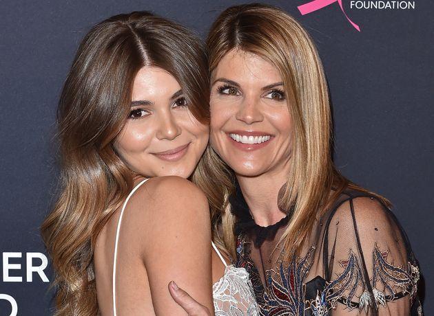 Olivia Jade Giannulli, a la izquierda, y su madre Lori Loughlin retratada en una noche de beneficencia en