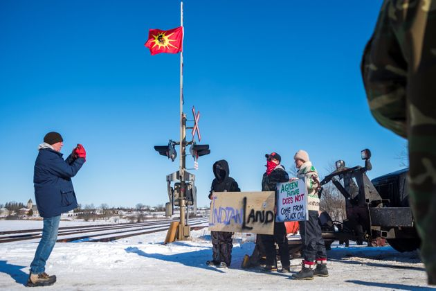 Des membres de la Première Nation mohawk de la réserve deTyendinaga bloquent la voie...