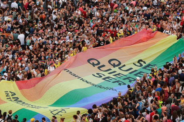 Bandera de Amnistía Internacional en el pasado Orgullo de Madrid (2019), con el lema