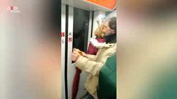 Bloccati per 20 minuti dentro la metro a Roma. Passeggeri esasperati