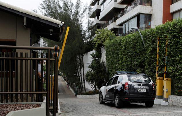 Entrada do condomínio Vivendas da Barra, na Zona Oeste do Rio de Janeiro, onde o presidente Jair...