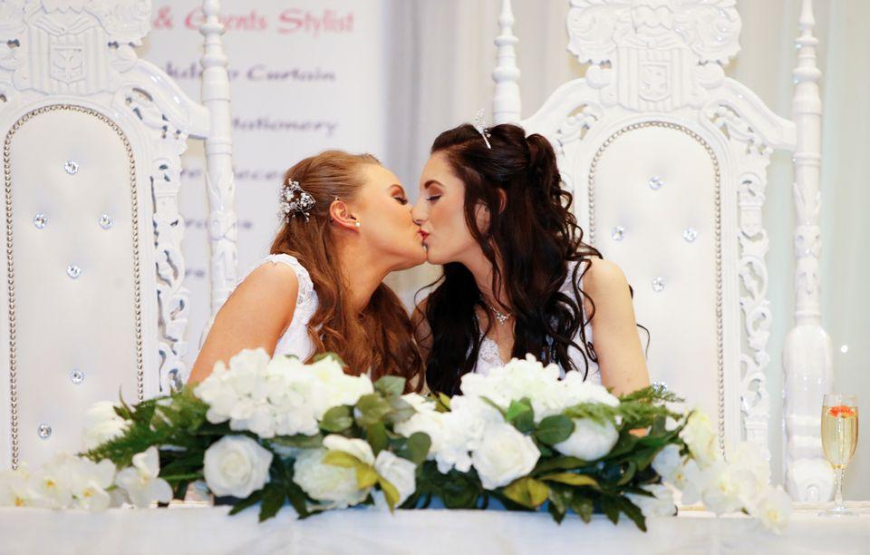 Sharni Edwards, 27 (à esq.), e Robyn Peoples, 26, é o primeiro casal do mesmo sexo a se...