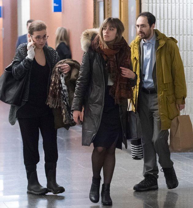 Clara Wasserstein (à gauche) et Yochonon Lowen (à droite) arrivent au palais de justice de Montréal,...
