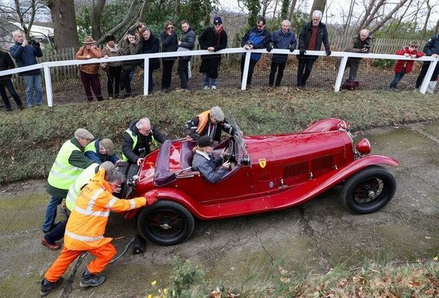 In Pictures: Cars Burn Up The Tracks At Vintage Sports-Car Club